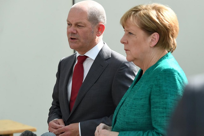 FILE PHOTO: German Chancellor Angela Merkel and Mayor of Hamburg Olaf Scholz meet with police after the G20 Summit in Hamburg, Germany, July 8, 2017. REUTERS/Patrik STOLLARZ/Pool/File Photo