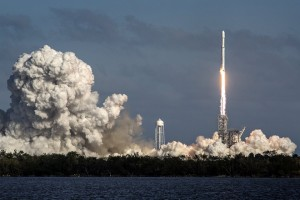epa06501146 The SpaceX's Falcon Heavy rocket takes off from Cape Kennedy in Florida, USA on 06 February 2018. SpaceX, founded by Elon Musk, will launch its Falcon Heavy rocket, the most powerful rocket in the world. As part of its payload the Falcon Heavy is carrying Musk's cherry red Roadster from Tesla, his electric car company.  EPA/CRISTOBAL HERRERA