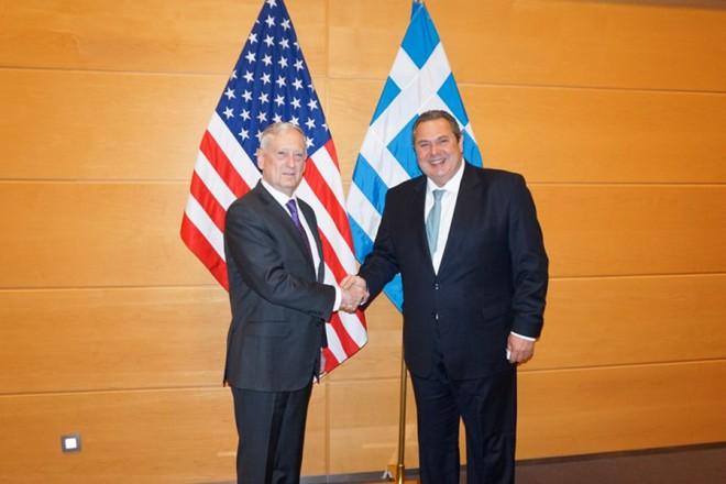 (Ξένη Δημοσίευση) Ο υπουργός Άμυνας Πάνος Καμμένος (Δ) συναντήθηκε με τον υπουργό Άμυνας των ΗΠΑ Τζέιμς Μάτις (Α), στο περιθώριο της συνόδου των Υπουργών Άμυνας του ΝΑΤΟ στις Βρυξέλλες, Πέμπτη 15 Φεβρουαρίου 2018. ΑΠΕ-ΜΠΕ/ΓΡΑΦΕΙΟ ΤΥΠΟΥ ΥΠΕΘΑ/STR