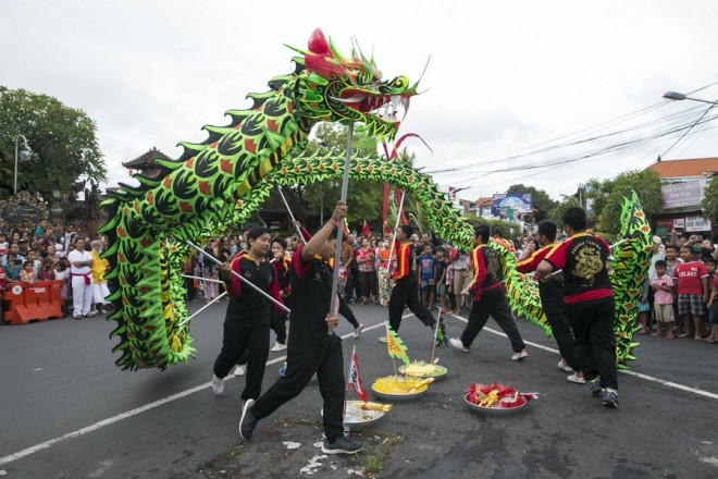 epa06527982 A group of dancers perform 'Liong' or dragon dance during the Chinese Lunar New Year celebrations at a temple in Kuta, Bali, Indonesia, 15 February 2018. The Chinese Lunar New Year, also called the Spring Festival, falls on 16 February 2018, the first day of the Year of the Dog.  EPA/MADE NAGI