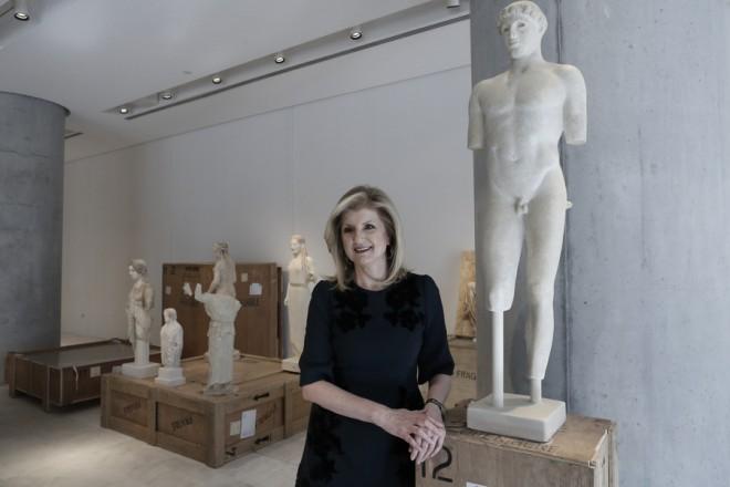 Η ιδιοκτήτρια της Huffington Post Αριάννα Χάφινγκτον ποζάρει δίπλα σε αντίγραφα αγαλμάτων πριν την επίσημη παρουσίαση της Huffington Post Greece, στο μουσείο της Ακρόπολης, Αθήνα Πέμπτη 20 Νοεμβρίου 2014. ΑΠΕ-ΜΠΕ/ΑΠΕ-ΜΠΕ/ΓΙΑΝΝΗΣ ΚΟΛΕΣΙΔΗΣ
