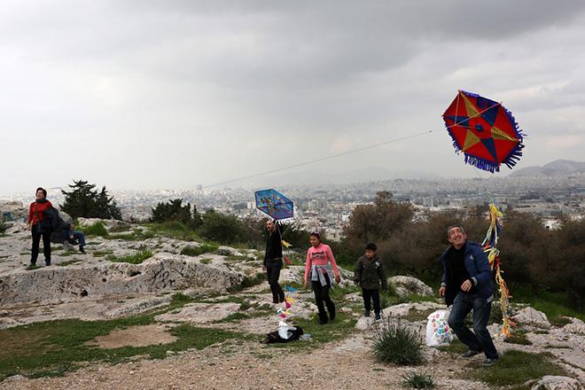 Κάτοικοι της Αθήνας πετάνε χαρταετό στο λόφο του Φιλοπάππου, Καθαρή Δευτέρα 27 Φεβρουαρίου 2017. Αρκετοί κάτοικοι της Αθήνας ανέβηκαν στο λόφο της Πνύκας και του Φιλοπάππου για το παραδοσιακό πέταγμα του Χαρταετού, γιορτάζοντας την Καθαρή Δευτέρα με καλλιτεχνικές εκδηλώσεις που είχε προγραμματίσει ο Δήμος της Αθήνας. ΑΠΕ-ΜΠΕ/ΑΠΕ-ΜΠΕ/ΑΛΕΞΑΝΔΡΟΣ ΒΛΑΧΟΣ