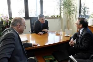 Ο υπουργός Οικονομικών Ευκλείδης Τσακαλώτος (Κ) επισκέφτηκε την Συνεταιριστική Τράπεζα Χανίων και συναντήθηκε με τον πρόεδρο του ΔΣ, Μιχάλη Μαρακάκη και τον διευθυντή δικτύων της τράπεζας, Γιώργο Επανωμεριτάκη, στο Ηράκλειο Κρήτης, Παρασκευή 23 Φεβρουαρίου 2018. Ο υπουργός Οικονομικών Ευκλείδης Τσακαλώτος, επισκέπτεται το Ηράκλειο Κρήτης,  με αφορμή εκδήλωση η οποία θα πραγματοποιηθεί στο Επιμελητήριο Ηρακλείου. Ο κ. Τσακαλώτος, κατά τη διάρκεια της ημέρας, θα έχει συναντήσεις με τον περιφερειάρχη και τον δήμαρχο ηρακλείου ενώ θα επισκεφθεί και επιχειρηματικές μονάδες. ΑΠΕ-ΜΠΕ/ΑΠΕ-ΜΠΕ/ΧΑΛΚΙΑΔΑΚΗΣ ΝΙΚΟΣ