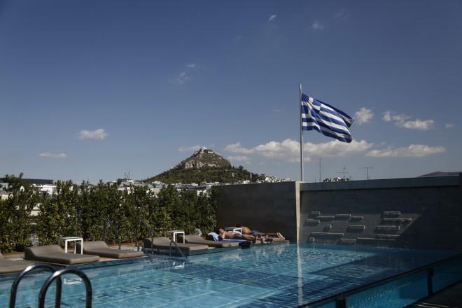 Τουρίστες κάνουν ηλιοθεραπεία δίπλα σε πισίνα σε κεντρικό ξενοδοχείο, Αθήνα Δευτέρα 9 Οκτωβρίου 2017. ΑΠΕ-ΜΠΕ/ΑΠΕ-ΜΠΕ/ΓΙΑΝΝΗΣ ΚΟΛΕΣΙΔΗΣ