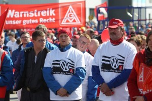 epa05282533 Employees of the Volkswagen work Zwickau demonstrate during the warning strike commencement of IGMetall union on the work grounds in Zwickau, Germany, 29 April 2016. After a round of negotiations without results, IGMetall called out for nationwide warning strikes.  EPA/SEBASTIAN WILLNOW