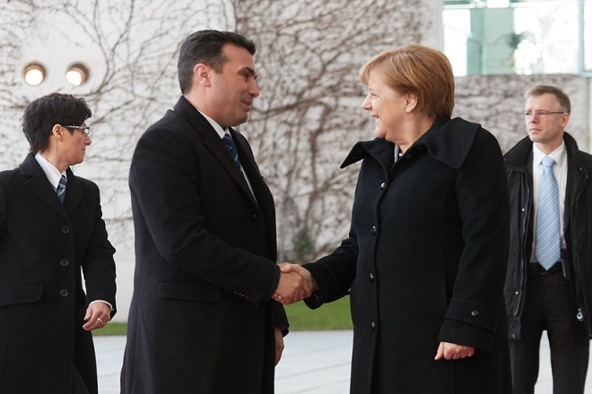epa06549433 German Chancellor Angela Merkel (2-R) greets Prime Minister of the former Yugoslav Republic of Macedonia Zoran Zaev (2-L) during a reception with military honors at the Chancellery in Berlin, Germany, 21 February 2018. According to the media, Merkel's meeting with Zaev was agreed during the forum in Davos.  EPA/HAYOUNG JEON
