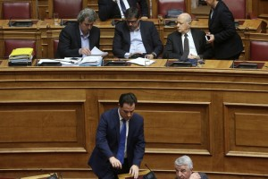 Ο υπουργός Υγείας Ανδρέας Ξανθός (2Α), ο αναπληρωτής υπουργός Υγείας Παύλος Πολάκης (Α), ο υπουργός Οικονομίας Δημήτρης Παπαδημητρίου (3Α) και ο αντιπρόεδρος της ΝΔ Άδωνις Γεωργιάδης (κάτω) παρίστανται στη συζήτηση και ψηφοφορία επί της προτάσεως της κυβερνητικής πλειοψηφίας για τη συγκρότηση επιτροπής προκαταρκτικής εξέτασης για την υπόθεση NOVARTIS, στην Ολομέλεια της Βουλής, Τετάρτη 21 Φεβρουαρίου 2018. ΑΠΕ-ΜΠΕ/ΑΠΕ-ΜΠΕ/ΣΥΜΕΛΑ ΠΑΝΤΖΑΡΤΖΗ