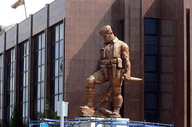Ξηλώνονται τα αγάλματα του αλυτρωτισμού από τα Σκόπια
