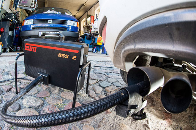 epa04958484 A measuring tube of a emissions testing device for diesel-powered vehicles is attached to the exhaust pipe of a Volkswagen Golf 2.0 TDI in a repair shop in Frankfurt/Oder, Germany, 01 October 2015.  EPA/PATRICK PLEUL