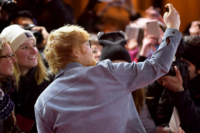 epa06558897 British singer Ed Sheeran (C) poses for a selfie picture with fans as he arrives for the premiere of 'Songwriter' during the 68th annual Berlin International Film Festival (Berlinale), in Berlin, Germany, 23 February 2018. The Berlinale runs from 15 to 25 February. *** Local Caption *** 50209987  EPA/CLEMENS BILAN *** Local Caption *** 50209987