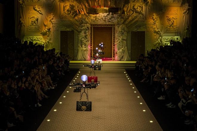 Όταν οι Dolce & Gabbana «κατέβασαν» τα drones στην πασαρέλα