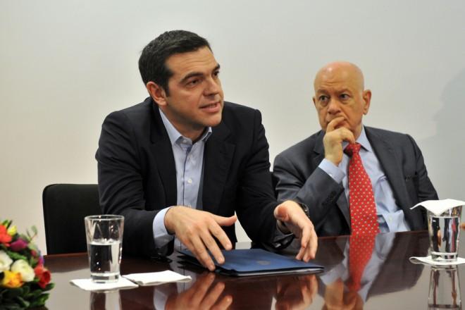 (Ξένη Δημοσίευση) O πρωθυπουργός Αλέξης Τσίπρας (Α) με τον υπουργό Οικονομίας και Ανάπτυξης Δημήτρη Παπαδημητρίου ενημερώνονται κατά την επίσκεψή τους στην PATRAS S.A (Χημικά και Βιοφαρμακευτικά Εργαστήρια Πατρών ΑΕ) που βρίσκεται στην ΒΙΠΕ Πατρών, την Τρίτη 6 Φεβρουαρίου 2018. O πρωθυπουργός επισκέπτεται την Πάτρα όπου θα μιλήσει στο 9ο Περιφερειακό Συνέδριο για την Παραγωγική Ανασυγκρότηση που πραγματοποιείτε στο Νέο Λιμάνι. ΑΠΕ-ΜΠΕ/ΓΡΑΦΕΙΟ ΤΥΠΟΥ ΠΡΩΘΥΠΟΥΡΓΟΥ/ΓΙΩΤΑ ΚΟΡΜΠΑΚΗ