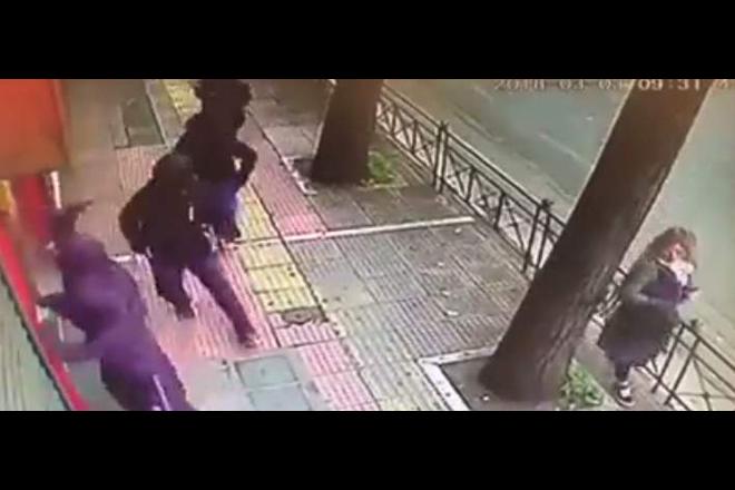 Βίντεο: Η στιγμή της επιδρομής κουκουλοφόρων στην Πατησίων