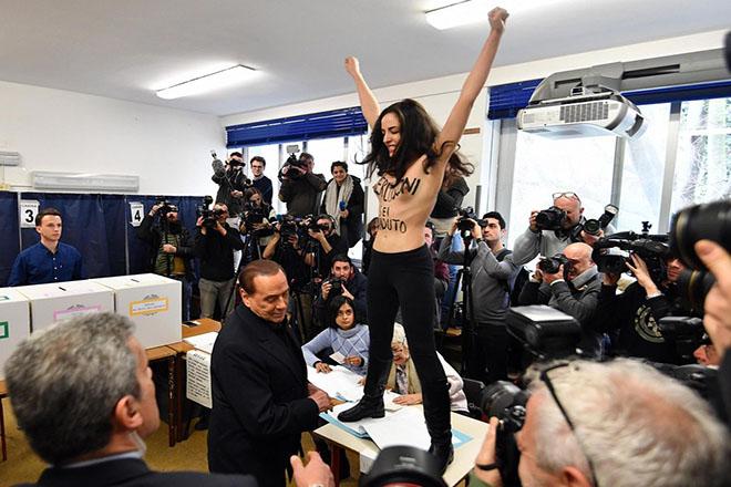 Αντιμέτωπος με γυμνόστηθη ακτιβίστρια των Femen ο Σίλβιο Μπερλουσκόνι σε εκλογικό κέντρο
