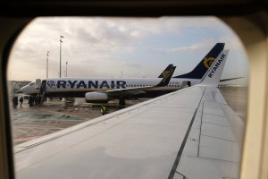 epa06397444 Passengers board a Ryanair airplane at Brussels airport, Belgium, 18 December 2017. According to reports, Ryanair is in negotiations to also take off from Liege as third airport for Belgium.  EPA/OLIVER HOSLET
