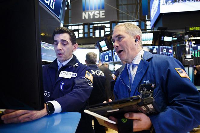 Σε κλοιό πιέσεων το δολάριο από τις απειλές για νέο εμπορικό πόλεμο