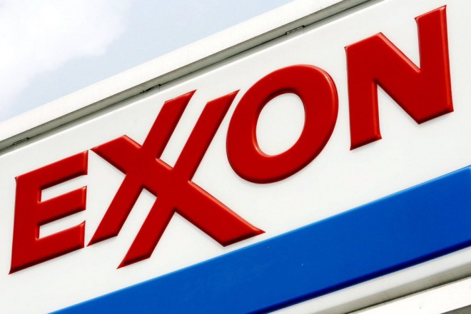 epa03809893 (FILE) A file picture dated 27 July 2006 shows a Exxon logo at an Exxon station in Brooklyn, New York, USA.  Second quarter profits at US oil giant ExxonMobil dropped sharply in the second quarter, the Irving, Texas-based company announced 01 August 2013. The company earned 6.86 billion dollars on revenue of 106 billion dollars, down 57 per cent from 2012's second quarter profit of 15.9 billion dollars.  EPA/JUSTIN LANE *** Local Caption *** 50805383