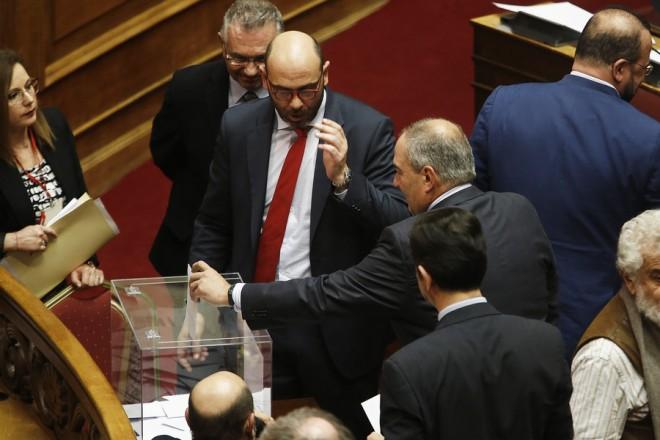 Ο πρώην πρωθυπουργός Κώστας Καραμανλής ψηφίζει μετα τη σημερινή συζήτηση στην Ολομέλεια της Βουλής της πρότασης της Νέας Δημοκρατίας για προανακριτική σε βάρος των νυν και πρώην υπουργών Υγείας Παναγιώτη Κουρουμπλή, Ανδρέα Ξανθού και Παύλου Πολάκη,  προκειμένου να διερευνηθούν τυχόν ευθύνες για το αδίκημα της απιστίας, Πέμπτη 8 Μαρτίου 2018., Πέμπτη 8 Μαρτίου 2018.  ΑΠΕ-ΜΠΕ/ΑΠΕ-ΜΠΕ/ΑΛΕΞΑΝΔΡΟΣ ΒΛΑΧΟΣ