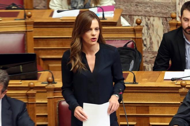 H υπουργός Εργασίας Κοινωνικής Ασφάλισης και Κοινωνικής Αλληλεγγύης Έφη Αχτσιόγλου καταθέτει στην Βουλή την τροπολογία του υπουργείου Εργασίας, Κοινωνικής Ασφάλισης και Κοινωνικής Αλληλεγγύης, που αφορά τον Ενιαίο Δημοσιογραφικό Οργανισμό Επικουρικής Ασφαλίσεως και Περιθάλψεως (ΕΔΟΕΑΠ), σε σχέδιο νόμου του υπουργείου Υγείας, Πέμπτη 9 Νοεμβρίου 2017. ΑΠΕ-ΜΠΕ/ΑΠΕ-ΜΠΕ/ΑΛΕΞΑΝΔΡΟΣ ΜΠΕΛΤΕΣ