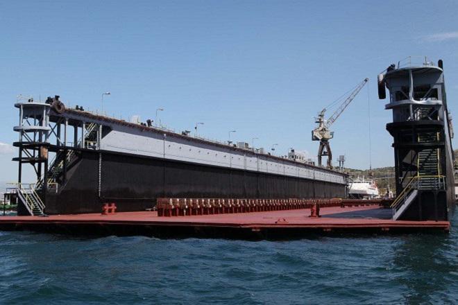 Βίντεο: Η άφιξη της νέας πλωτής δεξαμενής «Πειραιάς ΙΙΙ» στο λιμάνι του Πειραιά