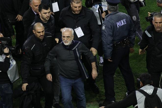 Ο πρόεδρος του ΠΑΟΚ, Ιωάννης Σαββίδης (Κ), εισέρχεται στον αγωνιστικό χώρο κατά τη διάρκεια του αγώνα ποδοσφαίρου ΠΑΟΚ - ΑΕΚ, για την 25η αγωνιστική του πρωταθλήματος Super League, που διεξήχθη στο γήπεδο Τούμπας, Θεσσαλονίκη, Κυριακή 11 Μαρτίου 2018. ΑΠΕ-ΜΠΕ/ PIXEL/ STR