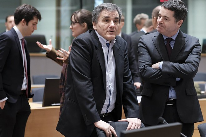 epa06598505 Greek Finance Minister Euclid Tsakalotos and Irish Minister for Finance and Public Expenditure Paschal Donohoe (R) speak during Eurogroup Finance Ministers' meeting in Brussels, Belgium, 12 March 2018.  EPA/OLIVIER HOSLET