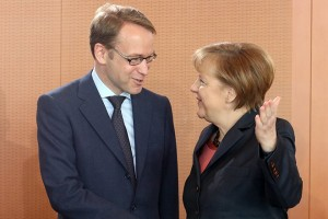 epa04121303 German Chancellor Angela Merkel (R) talks to the president of the German central bank Jens Weidmann at the start of a meeting of the German government cabinet in Berlin, Germany, 12 March 2014.  EPA/WOLFGANG KUMM
