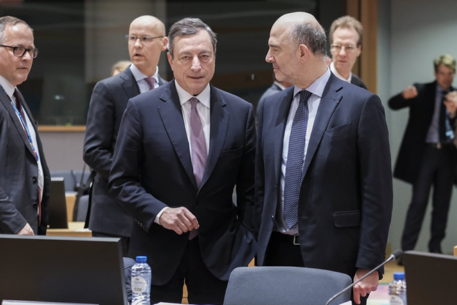 epa06598503 President of the European Central Bank (ECB) Mario Draghi (L) and Pierre Moscovici, the European Commissioner for Economic and Financial Affairs, Taxation and Customs (R) speak during Eurogroup Finance Ministers' meeting in Brussels, Belgium, 12 March 2018.  EPA/OLIVIER HOSLET