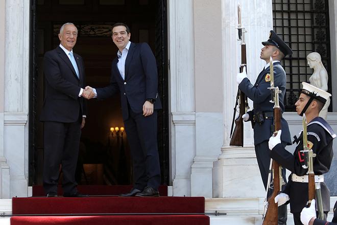 Ο πρωθυπουργός Αλέξης Τσίπρας (Δ) υποδέχεται τον Πορτογάλο Πρόεδρο Μαρτσέλο Ρεμπέλο ντε Σόουζα (Marcelo Rebelo de Sousa) (Α) κατά τη συνάντησή τους στο Μέγαρο Μαξίμου, Αθήνα, Τρίτη 13 Μαρτίου 2018. ΑΠΕ-ΜΠΕ/ΑΠΕ-ΜΠΕ/ΣΥΜΕΛΑ ΠΑΝΤΖΑΡΤΖΗ