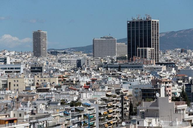 Le Monde: Οι Έλληνες ξεπουλάνε ακίνητα στο κέντρο της Αθήνας σε ξένους