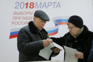 epa06611996 Russian people examine their ballots at a polling station in Moscow during president elections, Russia, 18 March 2018. Eight candidates take part in the elections and Vladimir Putin runs for his fourth presidential term.  EPA/MAXIM SHIPENKOV