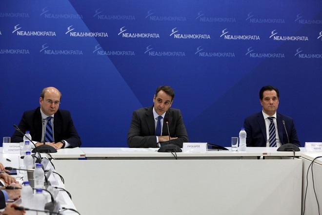 O πρόεδρος της ΝΔ Κυριάκος Μητσοτάκης (Κ) και οι αντιπρόεδροι Κωστής Χατζηδάκης (Α) και Άδωνις Γεωργιάδης (Δ) μιλάνε στη συνεδρίαση των Τομεαρχών στα κεντρικά γραφεία του κόμματος στην Πειραιώς, Τετάρτη 21 Μαρτίου 2018. ΑΠΕ-ΜΠΕ/ΑΠΕ-ΜΠΕ/Αλέξανδρος Μπελτές