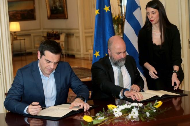 Ο Πρωθυπουργός Αλέξης Τσίπρας και ο Πρόεδρος του Διοικητικού Συμβουλίου του Ιδρύματος Σταύρος Νιάρχος Ανδρέας Δρακόπουλος υπογράφουν Μνημόνιο Συνεργασίας Τετάρτη 21 Μαρτίου 2018 Με τη συμμετοχή του Πρωθυπουργού, Αλέξη Τσίπρα πραγματοποιήθηκε η υπογραφή Μνημονίου Συνεργασίας μεταξύ της Ελληνικής Δημοκρατίας και του Ιδρύματος Σταύρος Νιάρχος για την υλοποίηση δωρεάς για την αναβάθμιση και ενίσχυση της Υγείας στην Ελλάδα. ΑΠΕ-ΜΠΕ/ΑΠΕ-ΜΠΕ/Παντελής Σαίτας