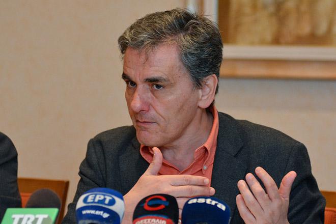 """ο υπουργός Οικονομικών, Ευκλείδης Τσακαλώτος, μετά από πρόσκληση της Νομαρχιακής Επιτροπής ΣΥΡΙΖΑ Λάρισας, μιλάει σε συνέντευξή Τύπου στο ξενοδοχείο Divani, κατά τη διάρκεια επίσημης επίσκεψής του στη Λάρισα, Παρασκευή 23 Μαρτίου 2018. Ο υπουργός Οικονομικών συναντήθηκε με θεσμικούς παράγοντες και εκπροσώπους τοπικών φορέων του νομού, ενώ ήταν και ο κεντρικός ομιλητής σε εκδήλωση της Νομαρχιακής Επιτροπής του ΣΥΡΙΖΑ με θέμα """"Έξοδος και Ανάπτυξη: Πώς και με ποιούς"""". ΑΠΕ-ΜΠΕ/ ΑΠΕ-ΜΠΕ/ ΑΠΟΣΤΟΛΗΣ ΝΤΟΜΑΛΗΣ"""