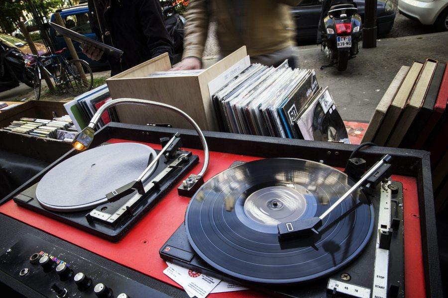 Για πρώτη φορά μετά από χρόνια οι πωλήσεις μουσικών CD και βινυλίων ξεπέρασαν τις ψηφιακές