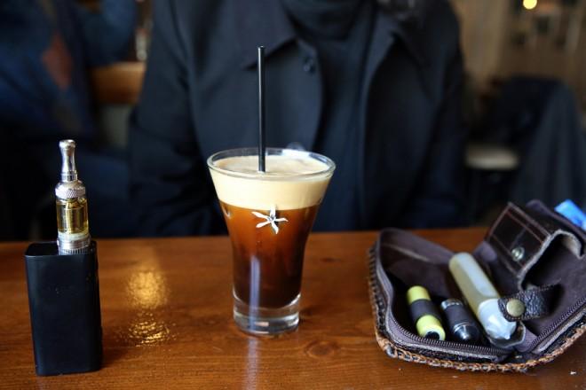 Ένα φλιτζάνι καφές που συνοδεύεται από ένα ηλεκτρονικό τσιγάρο, Κυριακή 01 Ιανουαρίου 2017. Αυξάνονται από την Πρωτοχρονιά οι έμμεσοι φόροι σε καύσιμα, καφέ και προϊόντα καπνού. ΑΠΕ-ΜΠΕ/ΑΠΕ-ΜΠΕ/ΣΥΜΕΛΑ ΠΑΝΤΖΑΡΤΖΗ