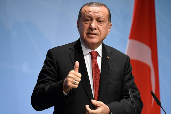 epa06076604 Turkish President Recep Tayyip Erdogan speaks at the closing press conference of the G-20 summit in Hamburg, Germany, 08 July 2017. The G20 Summit (or G-20 or Group of Twenty) is an international forum for governments from 20 major economies. The summit is taking place in Hamburg 07 to 08 July 2017.  EPA/DANIEL KOPATSCH
