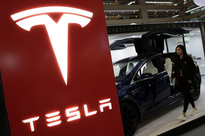 epa06370995 A Taiwanese walks past a Tesla Model X Electric car in Taipei, Taiwan, 06 December 2017. According to news reports, Automaker company Tesla Inc. is reaching out to the market for 131 million US dollars for business partners to buy more solar power projects.  EPA/RITCHIE B. TONGO