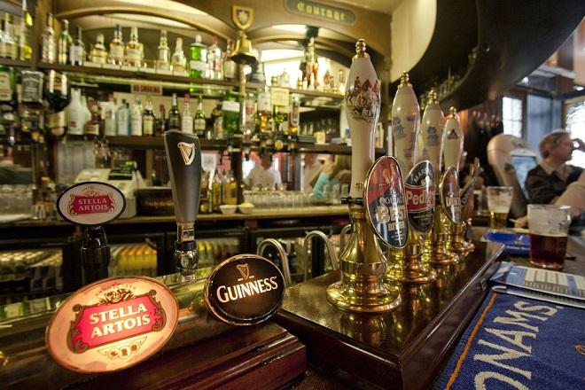 Οι ιρλανδικές παμπ σερβίρουν αλκοόλ τη Μεγάλη Παρασκευή για πρώτη φορά έπειτα από 90 χρόνια