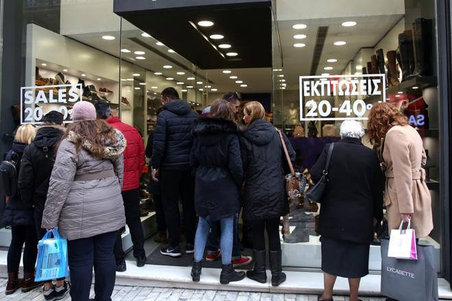 Κόσμος ψωνίζει στα εμπορική αγορά της Ερμού, Κυριακή 14 Ιανουαρίου 2018. Ανοιχτά θα είναι την Κυριακή τα εμπορικά καταστήματα και τα σούπερ μάρκετ, σε όλη τη χώρα, στο πλαίσιο των χειμερινών εκπτώσεων που θα διαρκέσουν έως τις 28 Ιανουαρίου ενώ η Ομοσπονδία Ιδιωτικών Υπαλλήλων Ελλάδος έχει κηρύξει πανελλαδική απεργία στο εμπόριο κατά της Κυριακάτικης εργασίας. ΑΠΕ-ΜΠΕ/ΑΠΕ-ΜΠΕ/ΣΥΜΕΛΑ ΠΑΝΤΖΑΡΤΖΗ