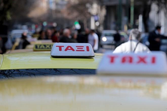 Ταξιτζήδες έχουν συγκεντρωθεί έξω από τα γραφεία του ΣΑΤΑ  , Τρίτη 6 Μαρτίου 2018. Σε προειδοποιητική στάση εργασίας από τις 8 το πρωί έως και τις 5 το απόγευμα προχωρούν σήμερα οι ταξιτζήδες στην Αττική αντιδρώντας σύμφωνα με ανακοίνωση του Συνδικάτου Αυτοκινητιστών Ταξί Αττικής (ΣΑΤΑ στην «παράνομη και αυθαίρετη εισβολή της Uber στις επιβατικές μεταφορές». ΑΠΕ-ΜΠΕ/ΑΠΕ-ΜΠΕ/Παντελής Σαίτας