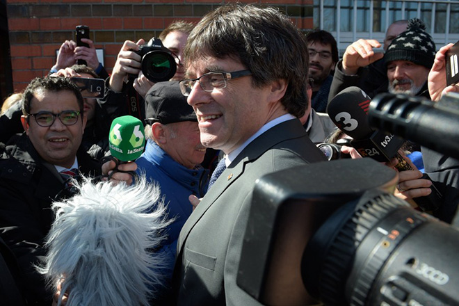 epa06649642 Former Catalan leader Carles Puigdemont (C) is surrounded by reporters as he leaves the 'Justizvollzugsanstalt (JVA) Neumuenster' prison to give a media statement, in Neumuenster, Germany, 06 April 2018. The Schleswig-Holstein state's General Prosecutor had ordered the immidiate release of former Catalan leader Carles Puigdemont from the Neumuenster prison, a spokesperson of the prosecutors' office said. The German Federal state's Higher regional court had announced earlier that Puigdemont's can be released on a 75,000 euros bail.  EPA/JENS SCHLUETER