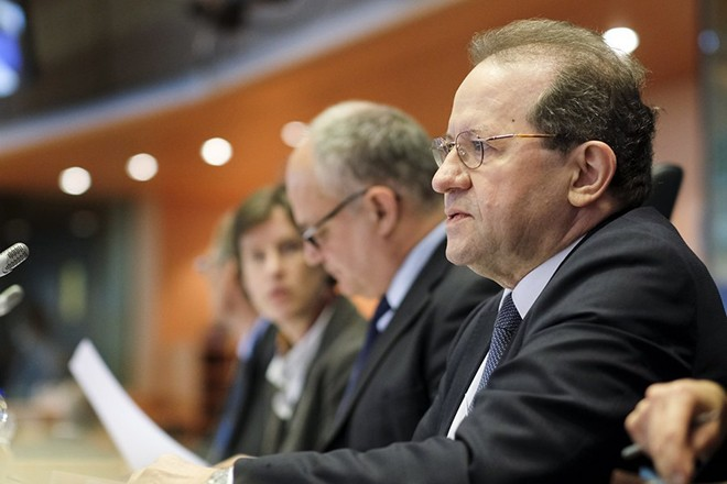 epa06657337 Vitor Manuel Ribeiro Constancio (R), the Vice President of the European Central Bank, presents the ECB annual 2017 reports in front of the Committee on Economic and Monetary Affairs of the European parliament in Brussels, Belgium, 09 April 2018. The ECB annual 2017 was published at 15H CET on the website of the Bank.  EPA/OLIVIER HOSLET