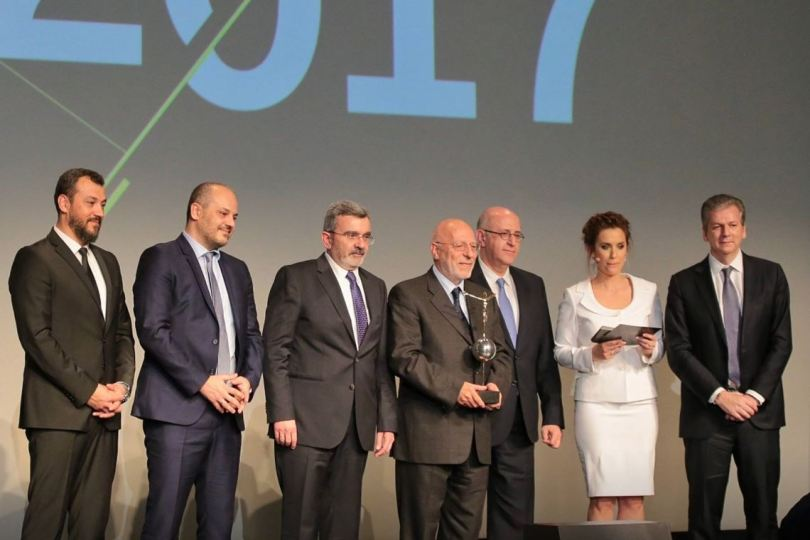 Η οικογένεια Καντώνια της Cosmos Aluminium «Επιχειρηματίας της χρονιάς» 2017 (Από αριστερά Ιωάννης Καντώνιας, Θεόδωρος Καντώνιας και με το βραβείο ο Ξενοφών Καντώνιας).