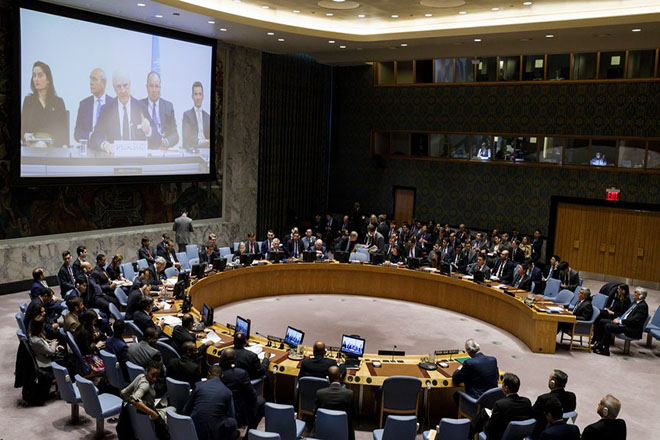 epa06657855 Staffan de Mistura (on screen), United Nations Special Envoy for Syria, address diplomats via video link during an emergency United Nations Security Council meeting in response to a suspected chemical weapons attack in Syria at United Nations headquarters in New York, New York, USA, 09 April 2018. The suspected chemical attack took place over weekend in the Damascus suburb of Douma, killing at least 49 people.  EPA/JUSTIN LANE