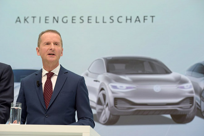 epa06665964 New Volkswagen CEO Herbert Diess (R) speaks at press conference after a Supervisory Board Meeting of the Volkswagen Group in Wolfsburg, Germany, 13 April 2018. The Board of Management and Supervisory Board of Volkswagen decided on 12 April 2018 to change their management structure including the replacement of the Chairman of the Group's Board of Management.  EPA/JENS SCHLUETER
