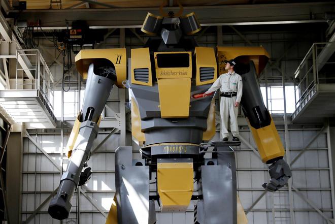 Βίντεο: Το ρομπότ – γίγας που ξεπερνά το ύψος τεσσάρων ανθρώπων