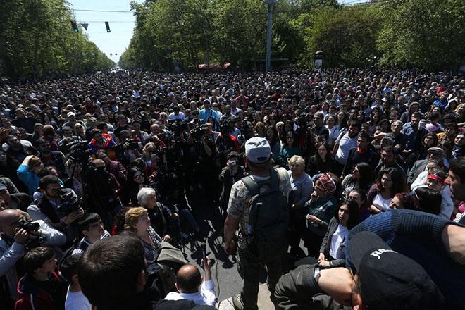 Μαζικές διαδηλώσεις στην Αρμενία κατά της πρωθυπουργοποίησης του πρώην προέδρου Σαρκισιάν