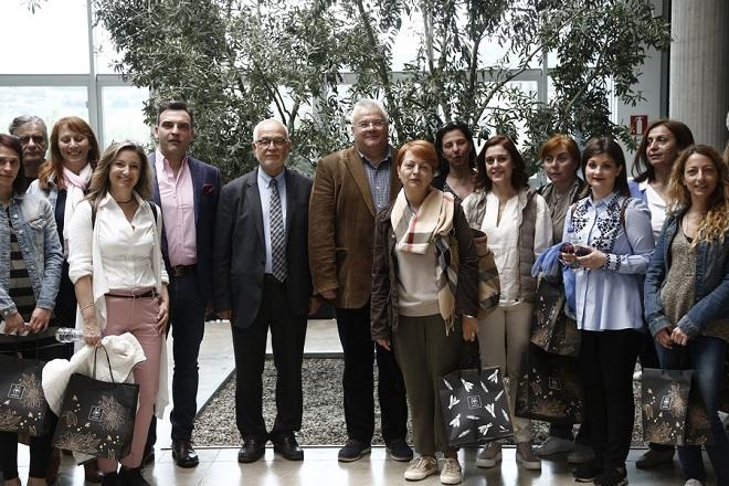 Φωτογραφία που δόθηκε σήμερα στην δημοσιότητα και απεικονίζει τον πρόεδρο και διευθύνων σύμβουλο του ΑΠΕ-ΜΠΕ, Μίχάλη Ψύλλο (κέντρ Δ) και τον ιδρυτή της εταιρίας APIVITA Νίκο Κουτσιανά (κέντρο Α) να φωτογραφίζονται με την δημοσιογραφική ομάδα του ΑΠΕ-ΜΠΕ, κατά τη διάρκεια ξενάγησης στις εγκαταστάσεις της εταιρίας, στο Μαρκόπουλο κοντά στην Αθήνα, Δευτέρα 16 Απριλίου 2018.  Tο όνομα της εταιρίας, προέρχεται από τις λατινικές λέξεις Apis (μέλισσα) και Vita (ζωή), και σημαίνει «η ζωή της μέλισσας», Τρίτη 17 Απριλίου 2018. ΑΠΕ-ΜΠΕ/ΑΠΕ-ΜΠΕ/ΓΙΑΝΝΗΣ ΚΟΛΕΣΙΔΗΣ