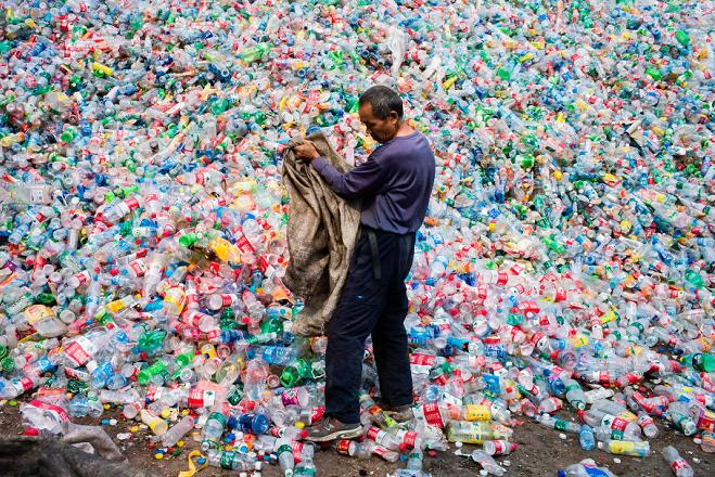 Ένζυμο που τρώει πλαστικά μπουκάλια στη «μάχη» κατά της ρύπανσης